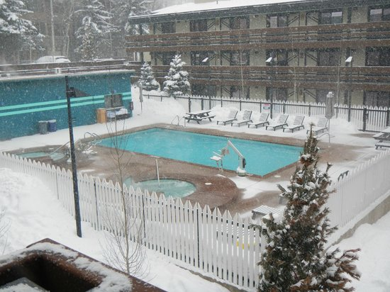 هوليداي إن إكسبرس سنوماس فيليدج: pool and 2 hot tubs
