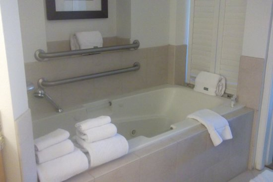 The Westin Mission Hills Villas : bathtub next to bedroom entrance