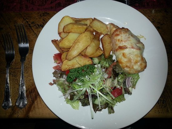Chequers Hotel: Hunters chicken, chips and salad, lush.