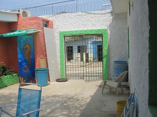 Taganga Dive Inn: salida del hotel por el patio