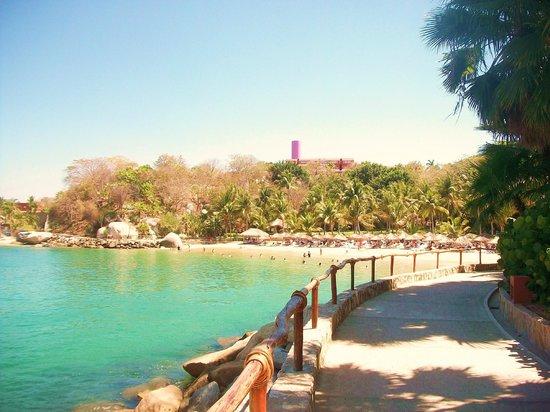 لاس بريساس هواتولكو: walkway to Manzanillo Beach