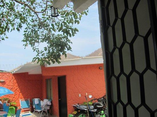 Taganga Dive Inn: salida al patio (contiguo a la habitacion)