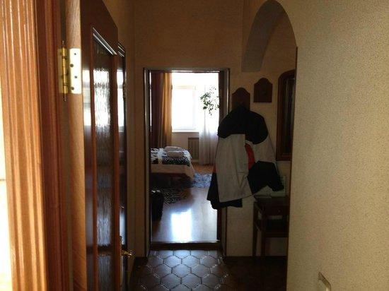 Sherborne ApartHotel: View from Kitchen into Hallway
