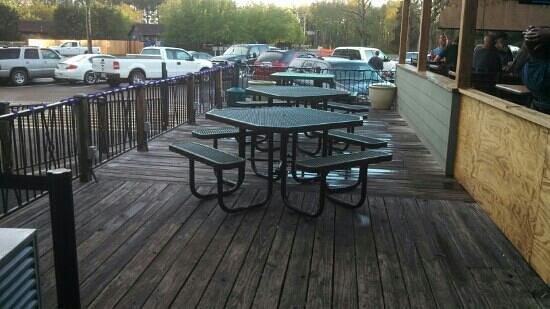 Shucker's Oyster Bar : tables outside