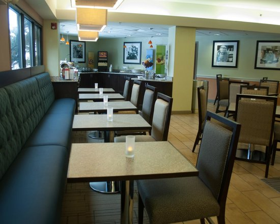 Hampton Inn Carlisle: Breakfast seating