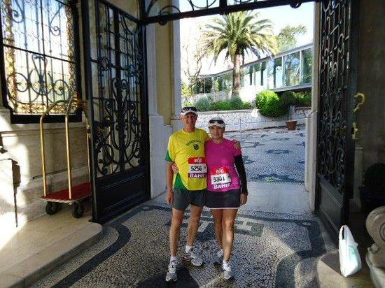 Pestana Palace Lisboa Hotel & National Monument: Portaria do hotel, saindo para participar da corrida Meia Maratona de Lisboa