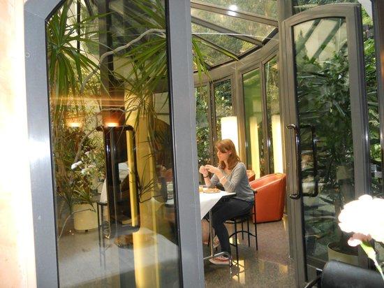 Opera Cadet Hotel: Lovely atrium off the breakfast dining room