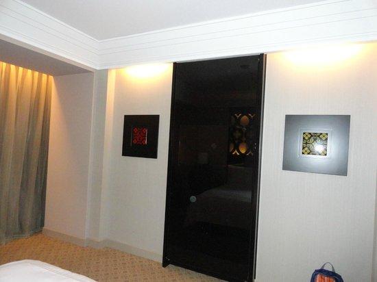 Hilton Lima Miraflores: Tv opposite bed