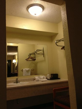 Super 8 East Lansing/University Area: Bathroom