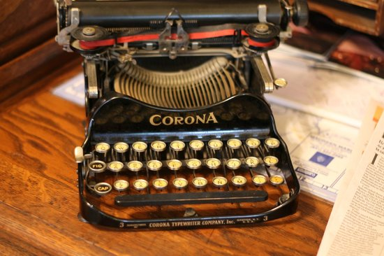 The Jabberwock Inn: Cool old typewriter at the Inn