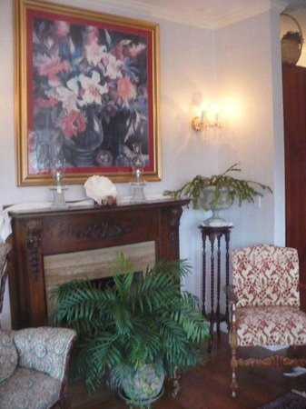 Arsenic and Old Lace Bed & Breakfast Inn: The beautiful parlor.