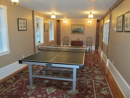 Historic Jacob Hill Inn: Ping pong area