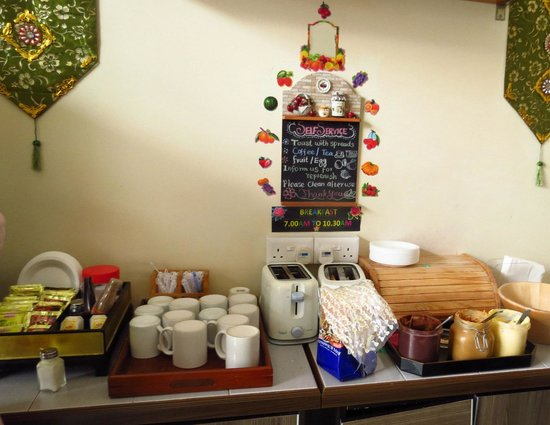 Mitraa Inn: breakfast station