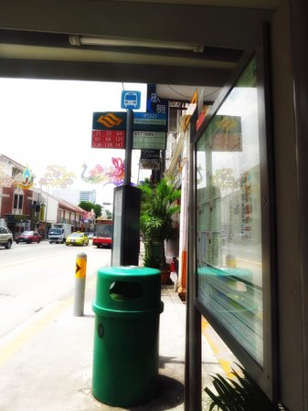 Mitraa Inn: bus stop in front of hotel
