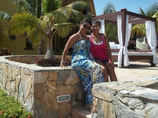 Parrot Tree Beach Resort: mi hija con su hija..