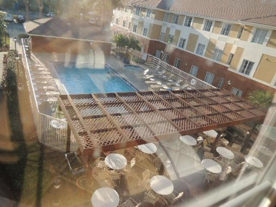 Extended Stay America - Orlando - Convention Center - Universal Blvd: Pool and Breakfast Outdoor Area
