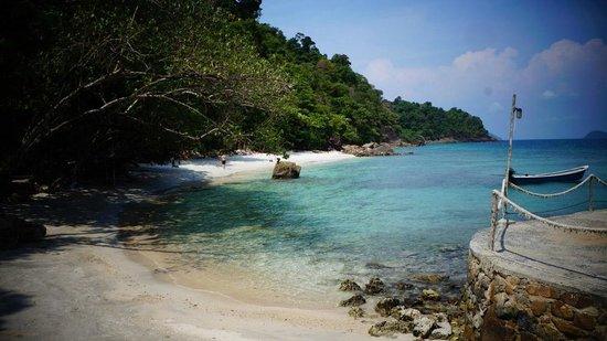 Koh Wai Beach Resort: Beach