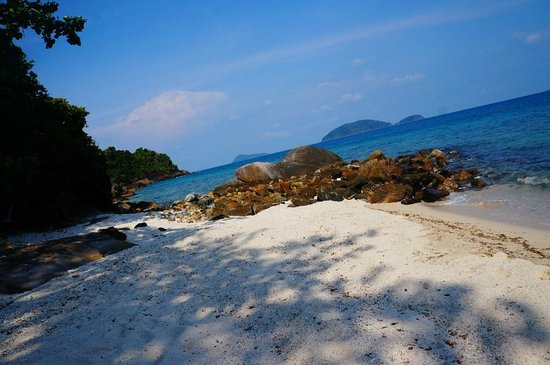Koh Wai Beach Resort: Far end of the beach from the resort