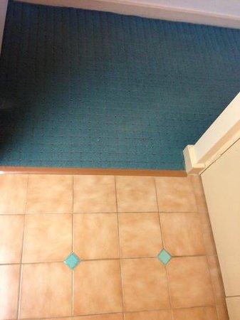 منتجع أوبال كوف: Old tiles and floormat carpet