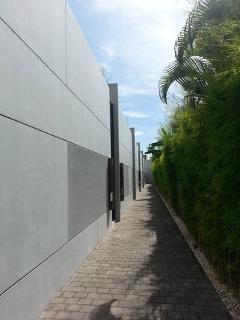 eqUILIBRIA SEMINYAK : Walkway to the Villa's