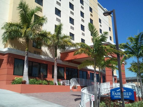 Fairfield Inn & Suites Miami Airport South : Hotel from street