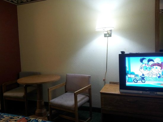 La Copa Inn Harlingen: Stained chairs but decent TV.