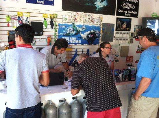 Scuba Playa Dive Shop : Check in area