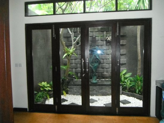 Rumah Santai Villas: water feature off kitchen area