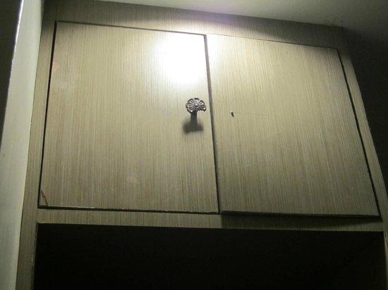 GemTalk Suites: Broken handle on cupboard