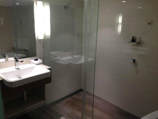 The Point Brisbane Hotel : Bathroom