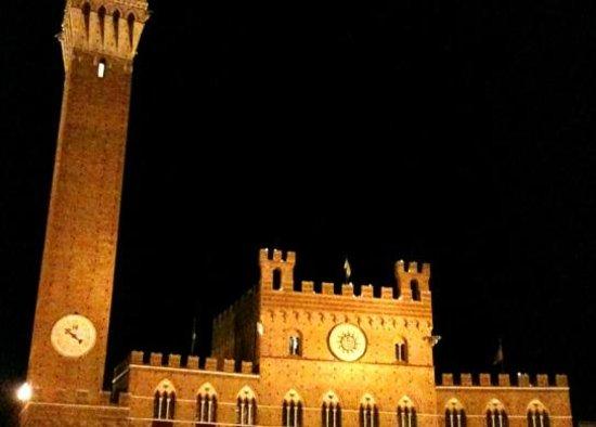 Hotel Anna Siena Nord: Torre del Mangia , Piazza del Campo ,Siena