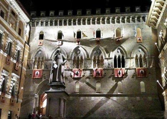 Hotel Anna Siena Nord: Piazza Salimbeni , Siena
