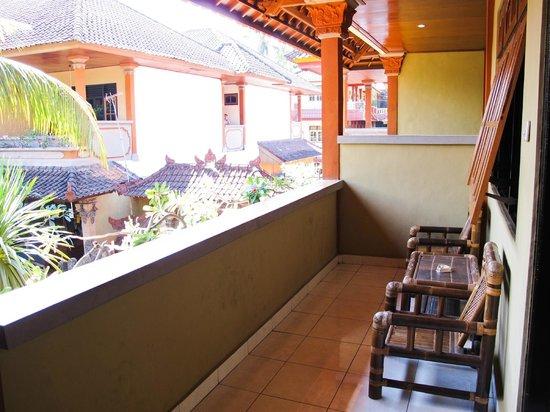 Suka Beach Inn: Terrazza della stanza