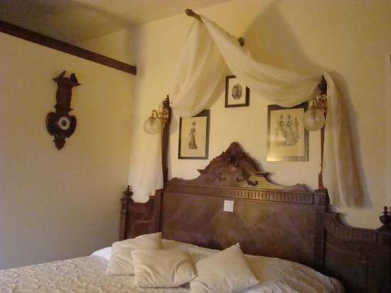 La Maison de l'Argentier du Roy: detalle de la cama habitacion Belle Epoque