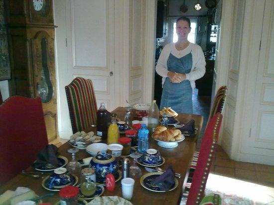 La Maison de l'Argentier du Roy : Christine atendiendo todo el tiempo el desayuno