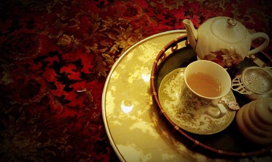 Radio Springs Hotel: Tea is served in a range of vintage and antique teapots, cups and saucers, and commemorative spo