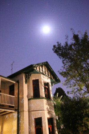 Ghandi Backpackers Lodge: night shot