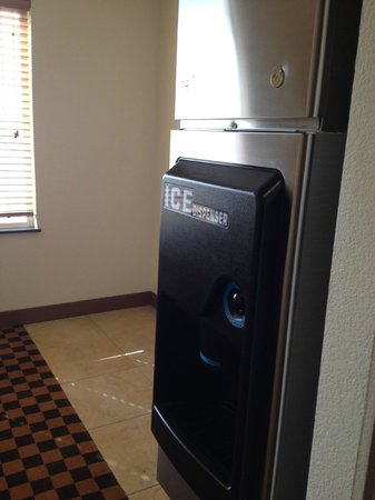 Four Points by Sheraton Sacramento International Airport: ice machine