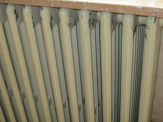 Les Deux Tours: radiateur d'epoque