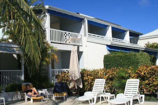 Hotel Amaudo: Au bord de la piscine à débordement