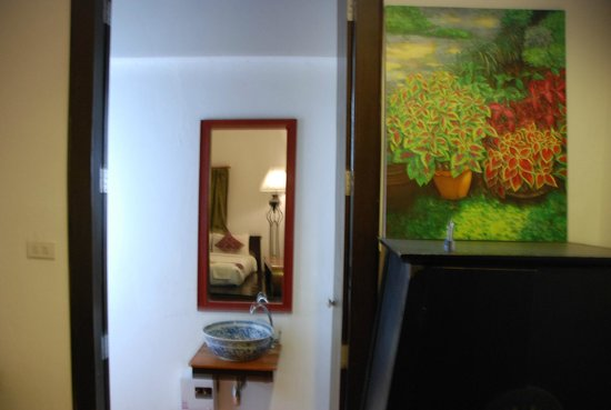 Come Chiangmai Lanna Boutique House: Looking through the tall bathroom doors at the basin and mirror