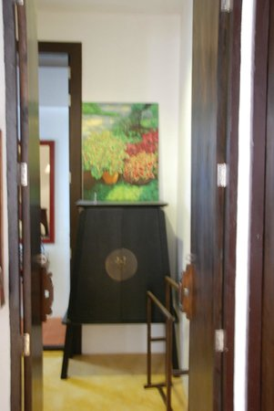 Come Chiangmai Lanna Boutique House: Looking through the tall room doors at the diminutive cupboard