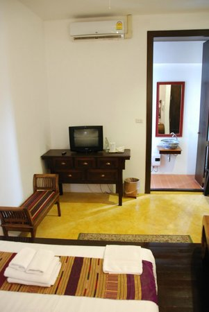 Come Chiangmai Lanna Boutique House: Looking from the bed to the small TV and into the bathroom