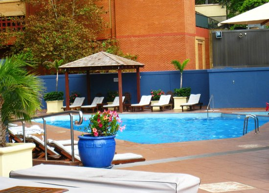Four Seasons Hotel Sydney: great heated outdoor pool with views of the city