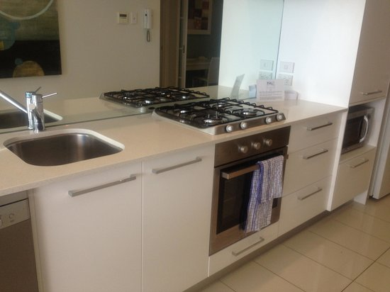 Silvershore Apartments on the Broadwater: Kitchen