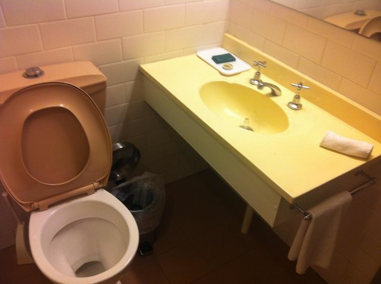 Adelaide Paringa: Toilet/basin