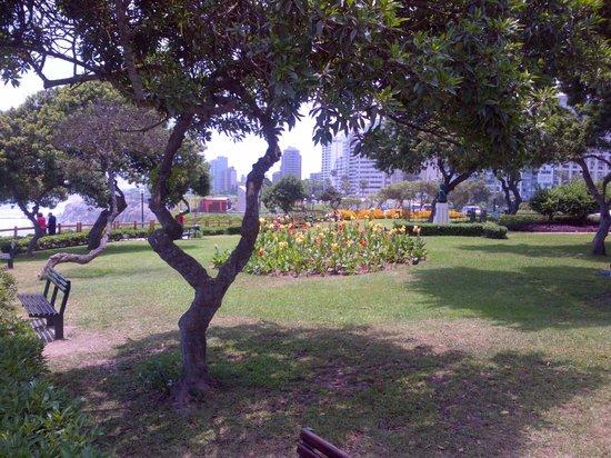 Belmond Miraflores Park: Garden in front of the hotel