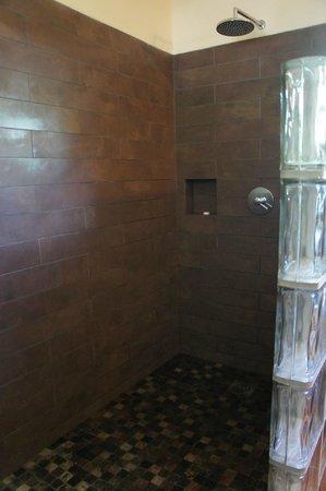 Fleur de Sel: Immense salle de bains : douche à l'italienne