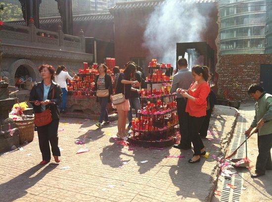 Chongqing Luohan Temple : Worshipers lighting incense