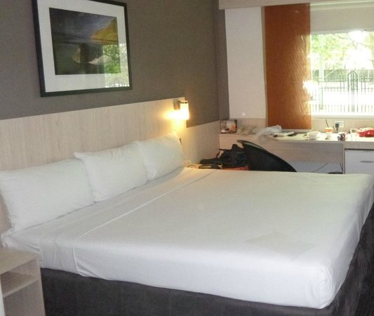 Ibis Auckland Ellerslie : View of the room towards the road